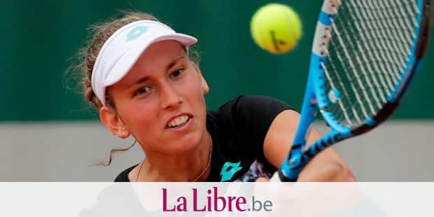 Varvara Lepchenko of the US plays a backhand return to Belgium's Elise Mertens during their women's singles first round match on day two of The Roland Garros 2018 French Open tennis tournament in Paris on May 28, 2018. / AFP PHOTO / Thomas SAMSON