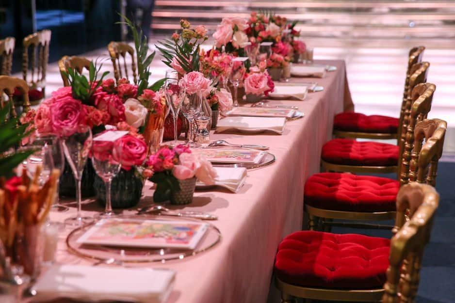 La décoration des tables, sous le signe de la rose.