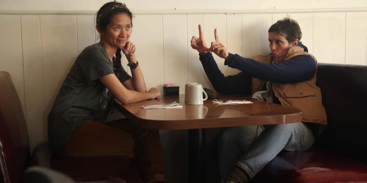 """Chloé Zhao et son actrice France McDormand sur le tournage de """"Nomadland""""."""