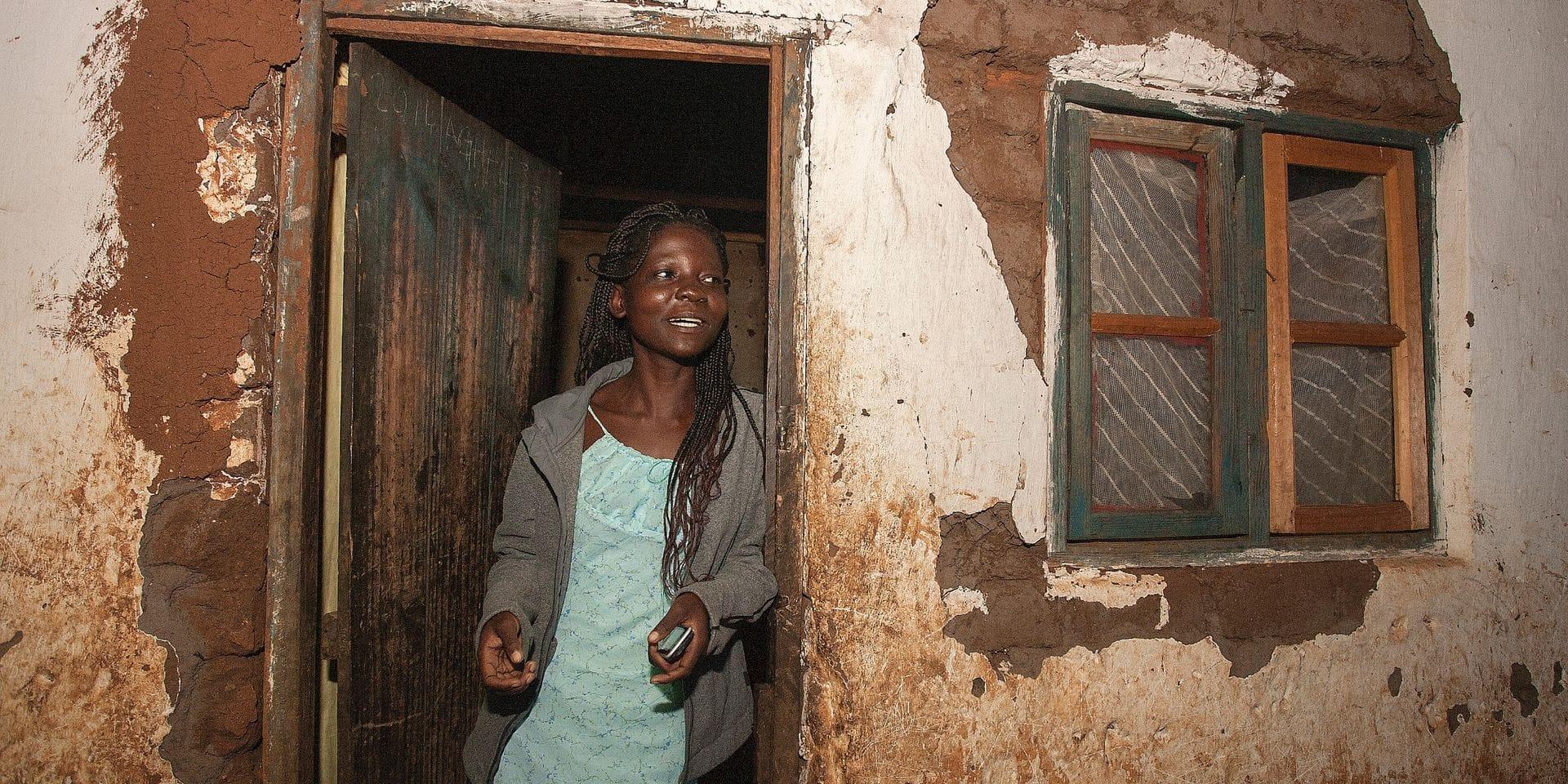 Katrina, 15 ans, se tient à la porte de sa maison familiale (Malawi). Elle a été mariée à l'âge de 14 ans avec Aubrey Kampingo, qui en avait 16 ans.