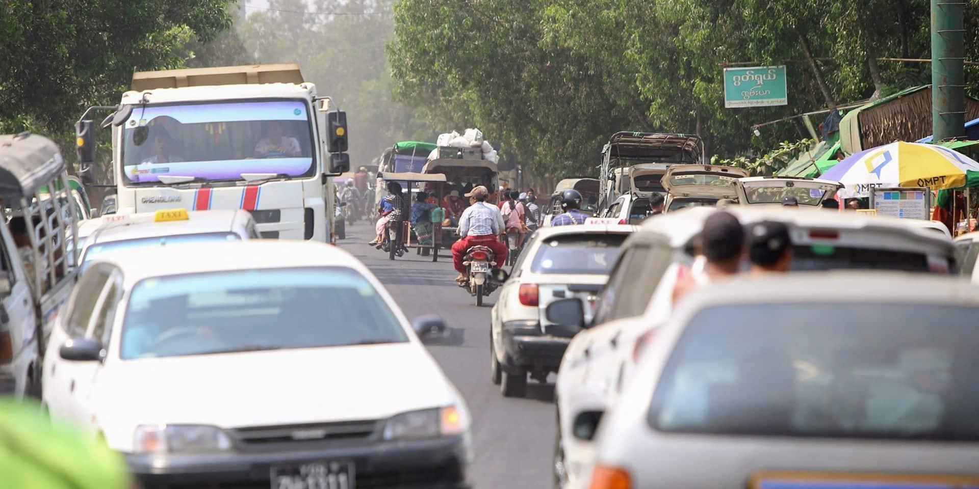 """Birmanie: des habitants de Rangoun fuient après le """"bain de sang"""" des derniers jours"""