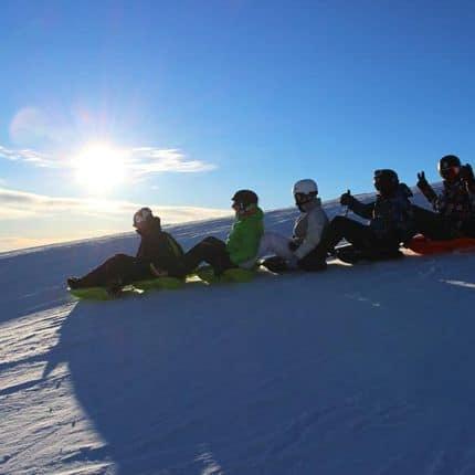 Neige - montagne - enfants - sport de glisse - amusement à la montagne.