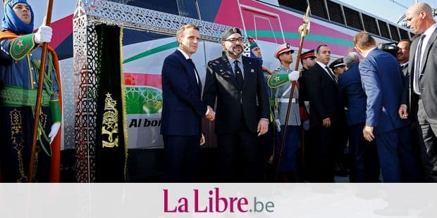 French President Emmanuel Macron (L) and Moroccan King Mohammed VI (R) shake hands as they inaugurate a high-speed line at Rabat train station on November 15, 2018. - French President Emmanuel Macron will visit Morocco on November 15 to take part in the inauguration of a high-speed railway line that boasts the fastest journey times in Africa or the Arab world. (Photo by CHRISTOPHE ARCHAMBAULT / various sources / AFP)