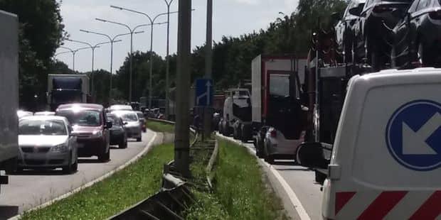 Cinq voitures et un camion impliqués dans un gros accident sur le Ring de Nivelles!