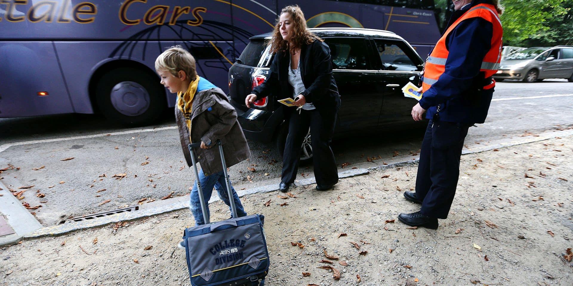 """En ces jours de rentrée, il est parfois bon bon de se rappeler les mesures basiques de sécurité pour emmener les enfants à l'école. """"L'Opération Cartable"""", menée par la Région et les six zones de police entend sensibiliser les enfants et leurs parents aux bons comportements sur le chemin et aux alentours des établissements scolaires. Ce jeudi matin matin, des policiers, accompagnés par nouvelle secrétaire d'Etat bruxelloise à la mobilité Bianca Debaets (CD&V) ont distribué des dépliants devant deux écoles d'Auderghem, une francophone et une néerlandophone. Parmis les conseils prodigués, l'utilisation de la zone Kiss & Ride (zone protégée de la circulation pour le débarquement), les interdictions de stationnement sur les trottoires et le débarquement des enfants du côté de ces mêmes trottoirs."""