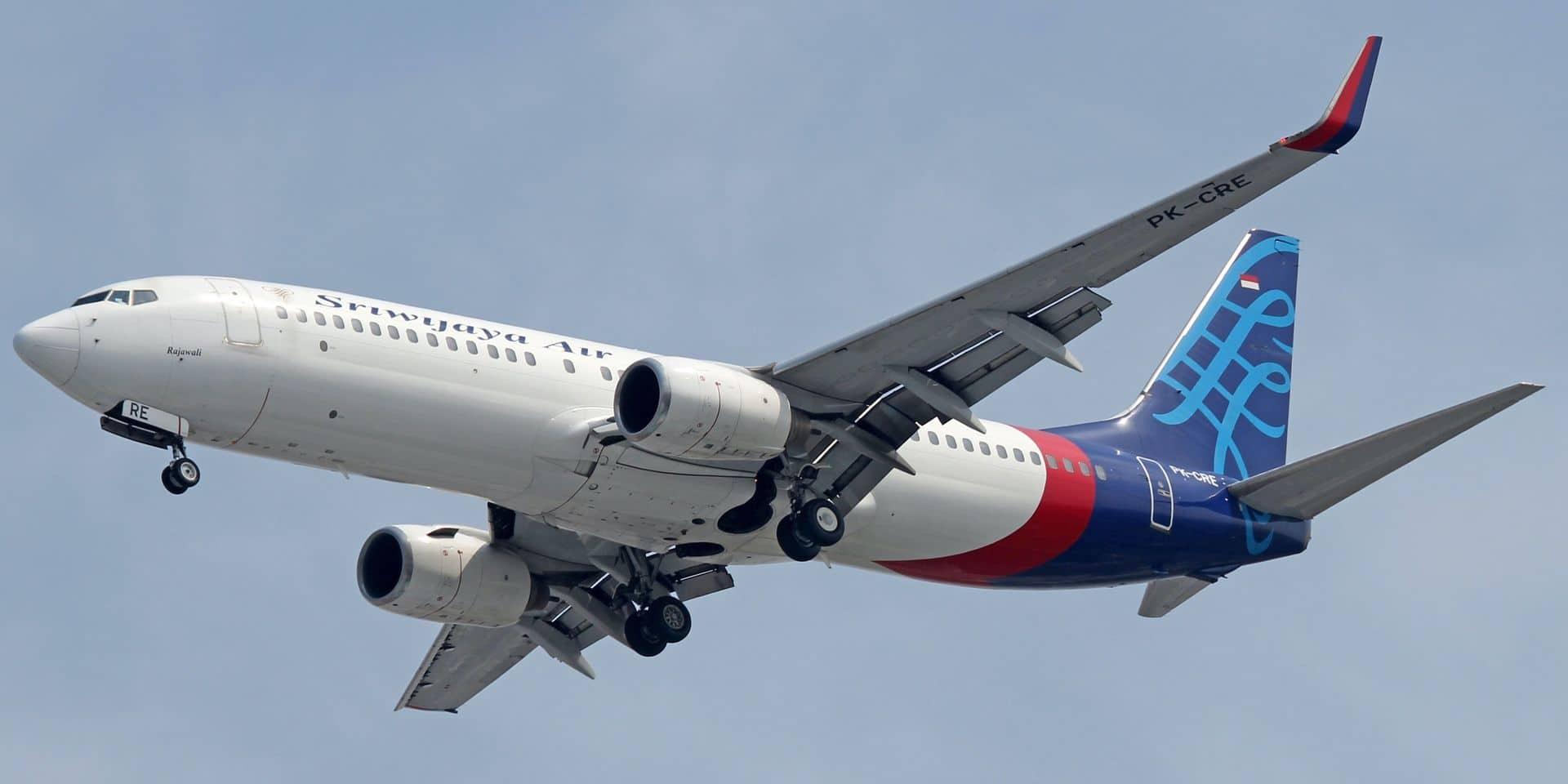 """""""Probable"""" crash d'un Boeing en Indonésie : l'avion aurait perdu plus de 10 000 pieds d'altitude en moins d'une minute, 62 passagers portés disparus"""