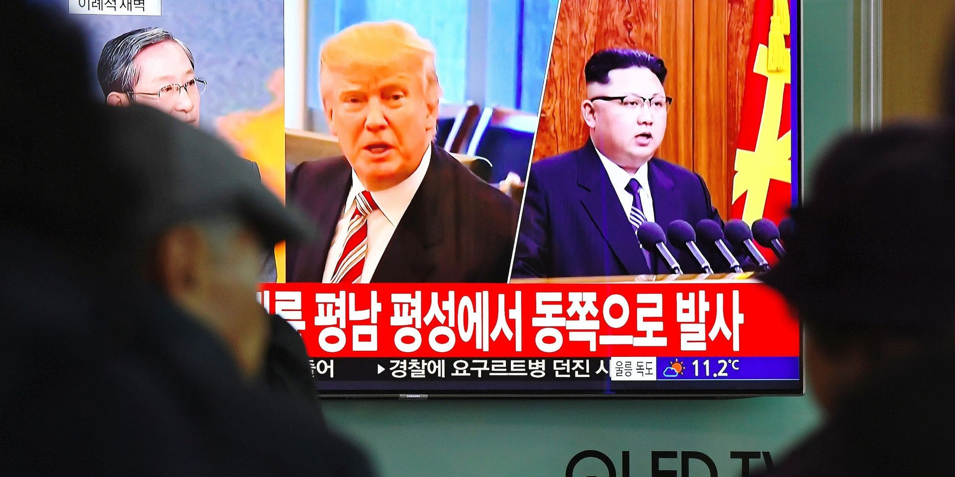 People watch a television news screen showing pictures of US President Donald Trump (C) and North Korean leader Kim Jong-Un (R) at a railway station in Seoul on November 29, 2017. North Korea test fired what appeared to be an intercontinental ballistic missile on November 29, in a major challenge to US President Donald Trump after he slapped fresh sanctions on Pyongyang and declared it a state sponsor of terrorism. / AFP PHOTO / JUNG Yeon-Je
