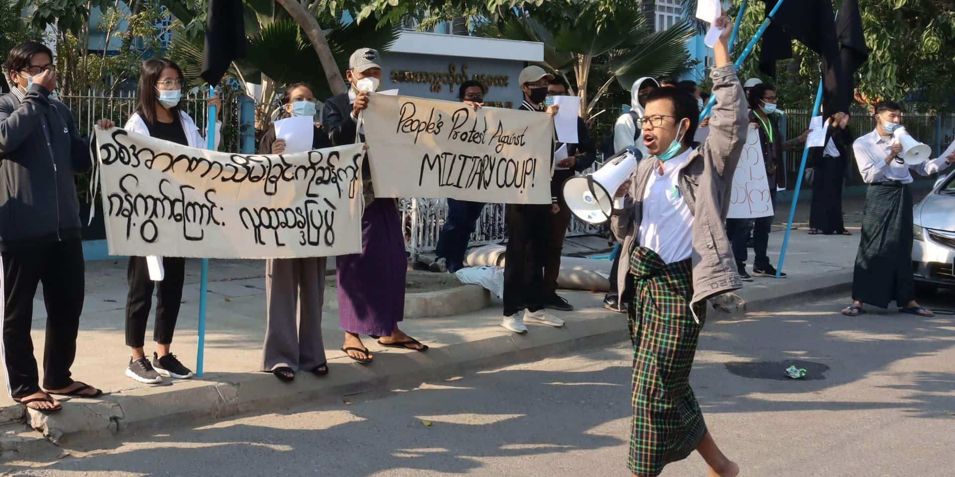 Coup d'état en Birmanie: Facebook perturbé, les appels à résister continuent à se propager