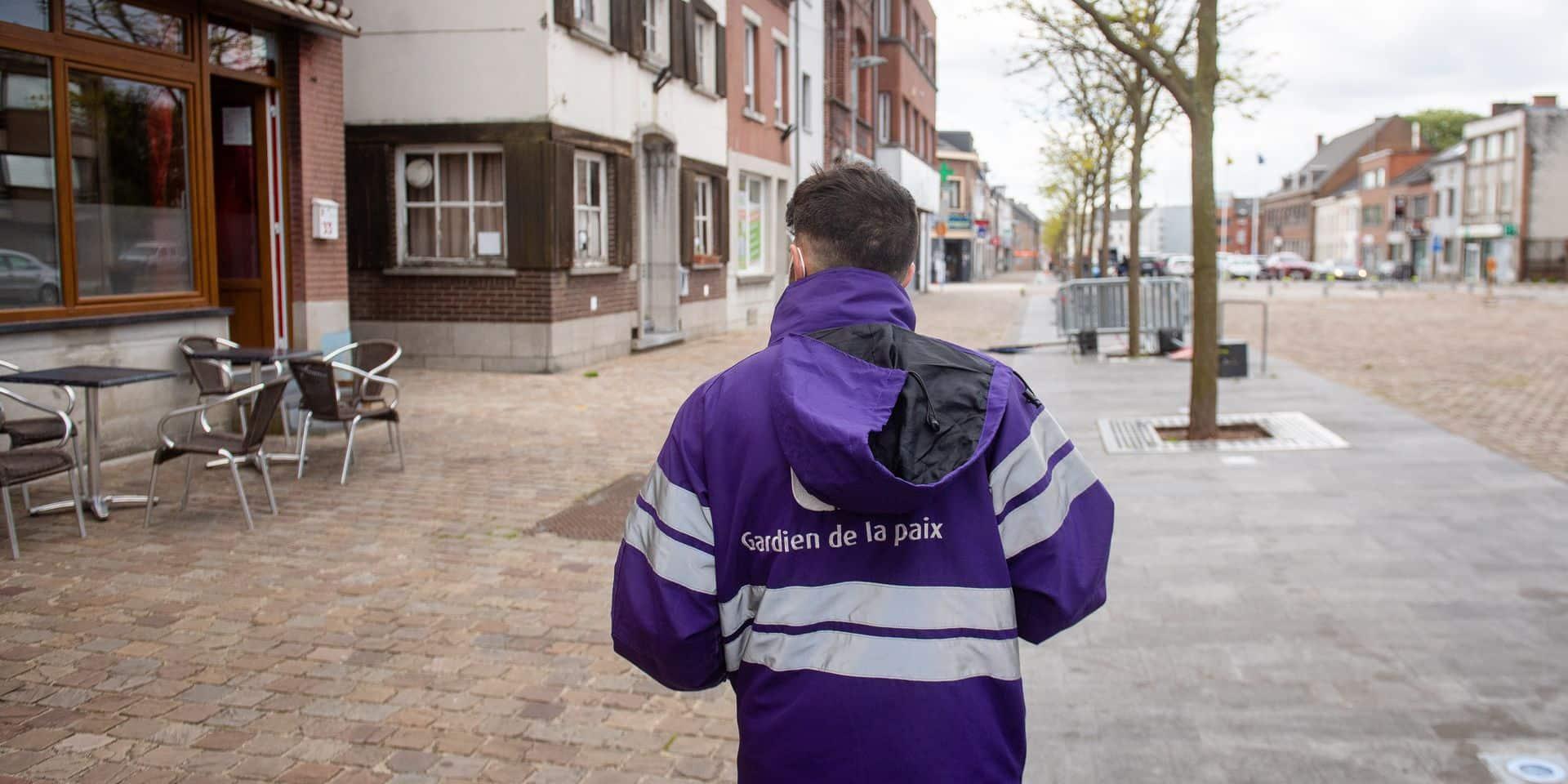 Farciennes - Charleroi: Coronavirus - Covid-19: Farciennes est la commune de wallonie ou le taux de vaccination contre le covid-19 est le plus faible. Juliano, gardien de la paix sensibilise la population a l'importance de la vaccination contre le coronav