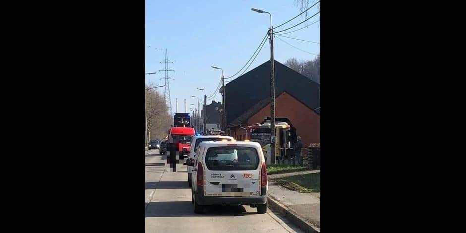 Accident impressionnant à Engis : un bus entre dans le mur de pignon d'un garage