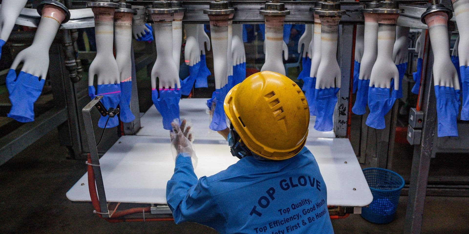 """""""J'ai peur de retourner travailler"""": chez le géant malaisien des gants de protection, les cas de coronavirus se sont multipliés"""