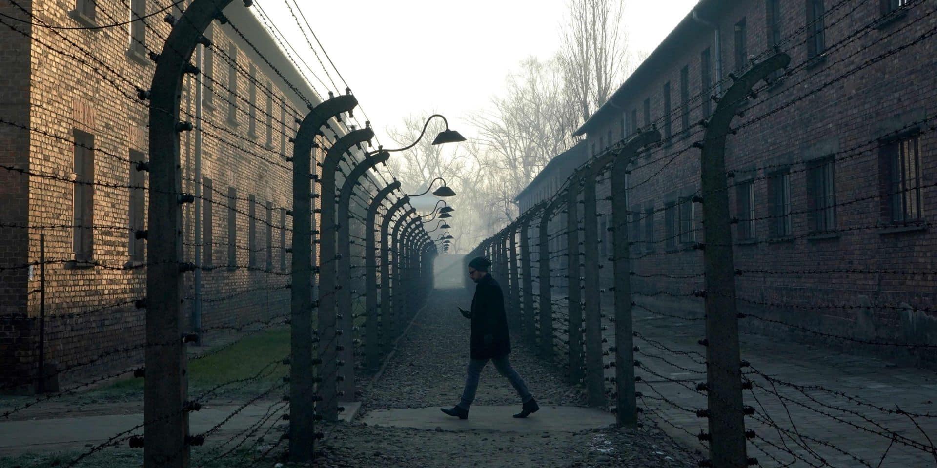 """Dégradations, saluts nazis, selfies de groupes hilares: à Auschwitz, le difficile travail de mémoire dans un """"must"""" du tourisme"""