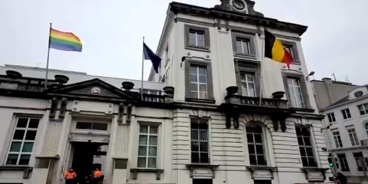 Après le meurtre d'un quadragénaire homosexuel à Beveren, le drapeau arc-en-ciel hissé au 16 rue de la Loi