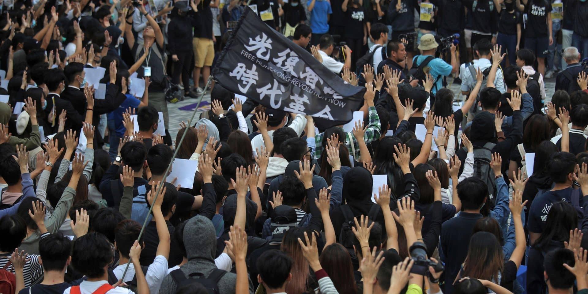 Hong Kong: les manifestants appellent à des veillées après la mort d'un étudiant
