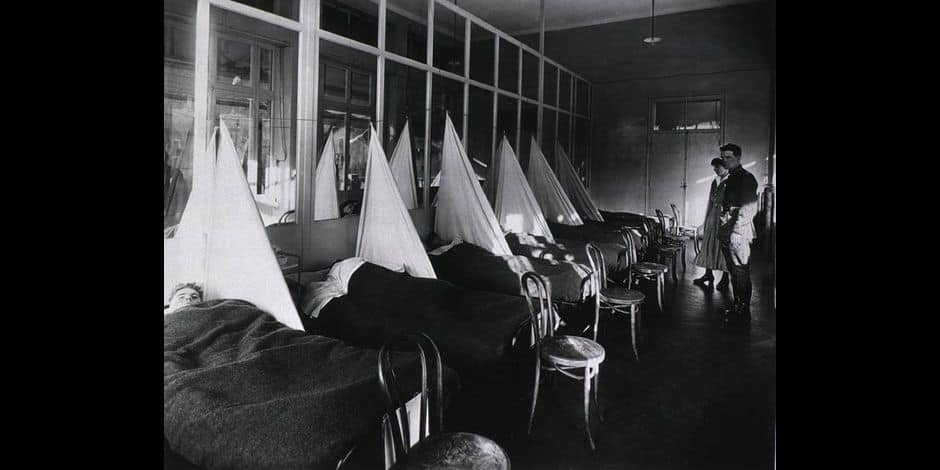Spanish Flu Epidemic 1918-19. U. S. Army Camp Hospital at Aix-les-Bain, France Influenza ward with sick U.S. soldiers. Copyright: Reporters / Everett