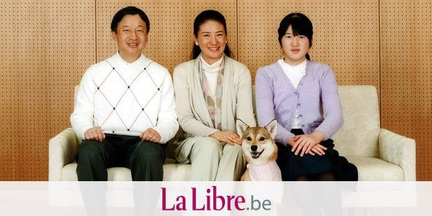 La princesse Masako du Japon a fêté son 51ème anniversaire le 9 décembre. Ici en famille au palais Togu à Tokyo. Le 30 novembre 2014 Japan's Crown Princess Masako (C), her husband Crown Prince Naruhito (L) and their daughter Aiko pose for a photo with their pet dog Yuri at their residence, Togu Palace, in Tokyo in this photo taken November 30, 2014 and released by Imperial Household Agency of Japan. Masako, wife of Crown Prince Naruhito, celebrates her 51st birthday on December 9, 2014. Reporters / Bpresse