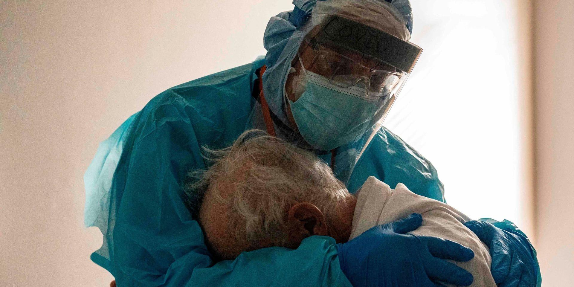 Cette photo d'un médecin enlaçant un patient âgé atteint du Covid devient virale